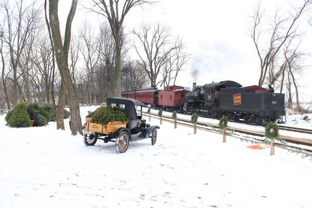 imagesevents10401Christmas-Tree-Train-jpg.jpe