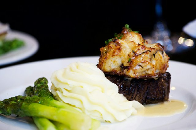 Dining-Filet-Crab-Cake-02.jpg